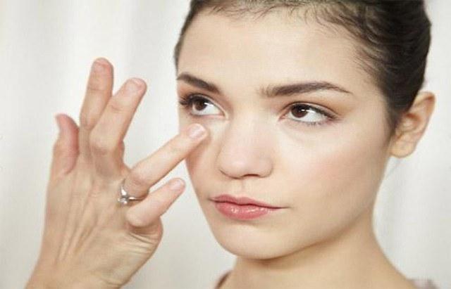 Nhiều gỉ nhèm ở mắt: Đó là triệu chứng của bệnh viêm mí mắt