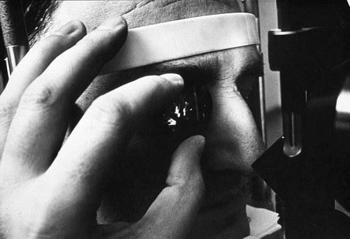 Những lưu ý trong chăm sóc mắt sau phẫu thuật bong võng mạc 2