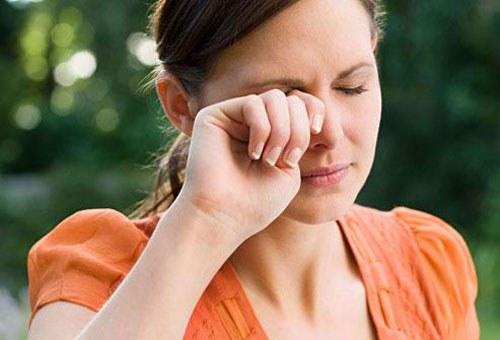 viêm loét giác mạc do dụi mắt thường xuyên