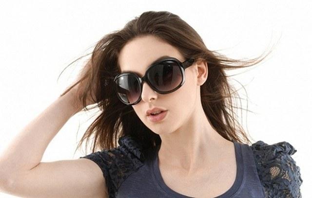 Không đeo kính râm khi đi ngoài trời