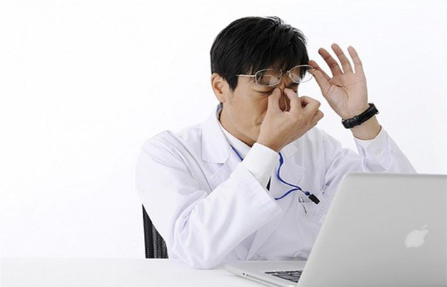 Mắt lồi to, mí mắt xệ hoặc chùng xuống: Những triệu chứng này cũng có thể được coi là các dấu hiệu của bệnh ung thư hoặc khối u.